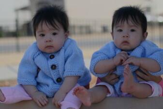 Allattamento al seno dei gemelli